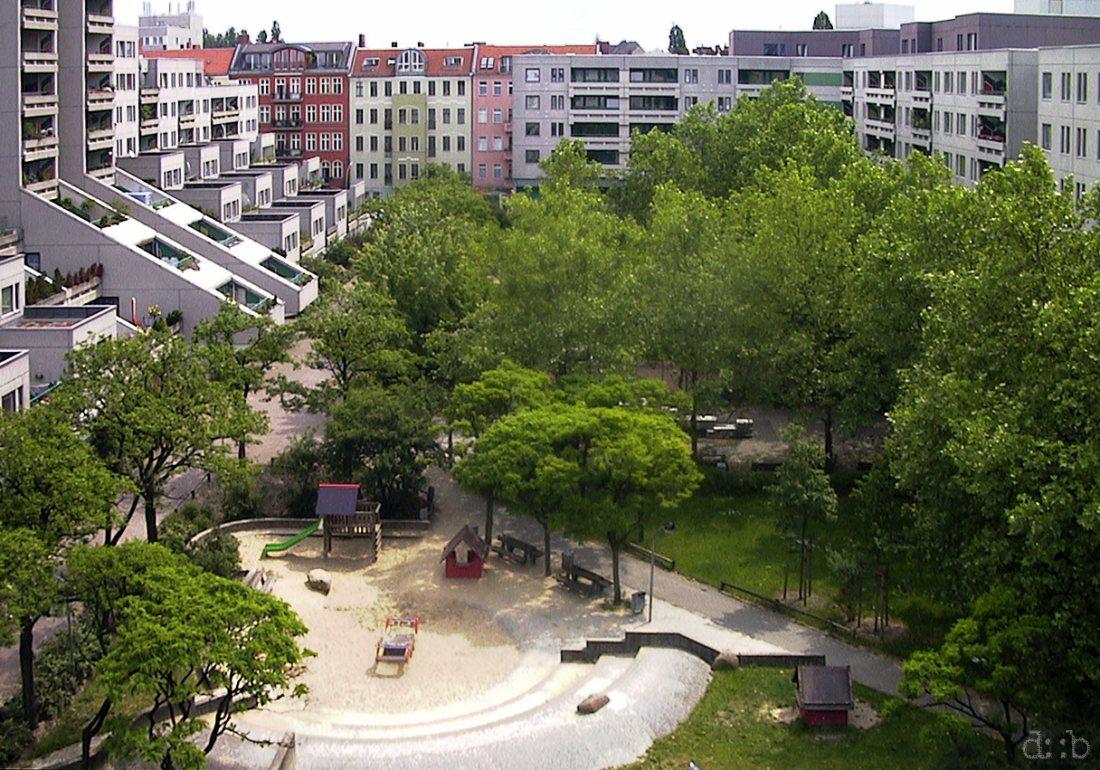 """Inner court of the Berlin Schöneberg plattenbau complex """"Schöneberger Terrassen""""."""