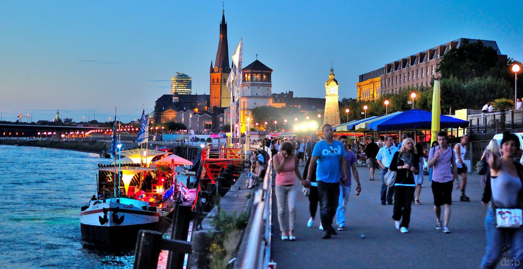 A typical summer night at Düsseldorf's Rhine promenade.