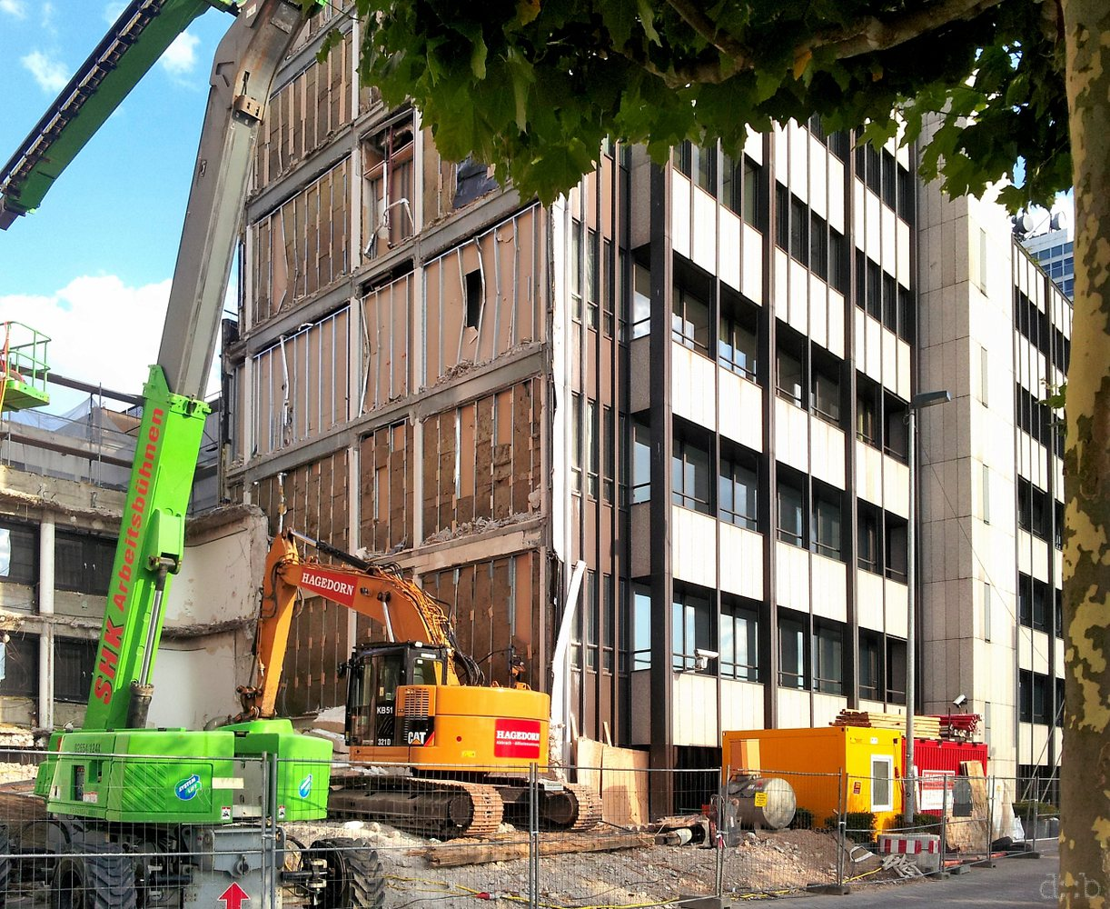 A literally framed building at Düsseldorf's Mannesmannufer has been removed with surgical precision.