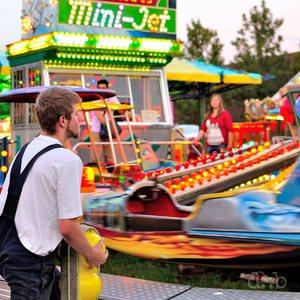 An employee is fixing his aircraft ride during a Schützenfest.