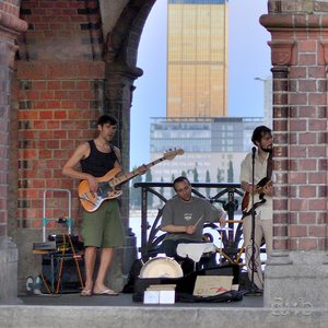 "Local music band ""The Real Schmidt"" acting on the Oberbaum bridge"